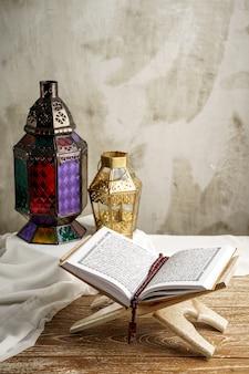 Sagrado corán y linterna árabe de fondo