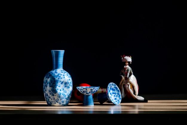 Sake japonés estilo bebida oriental sobre la mesa.