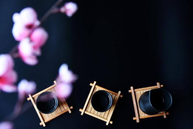 Sake japonés estilo bebida oriental sobre la mesa