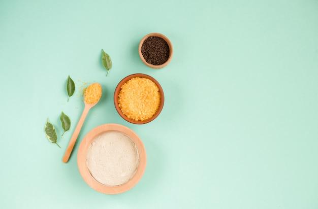 Sal de baño cosmética, gomaj de uva para la cara, exfoliante de café para el cuerpo sobre un fondo de menta. spa cosmético, cero residuos.
