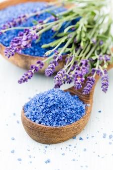 Sal esencial de lavanda con flores