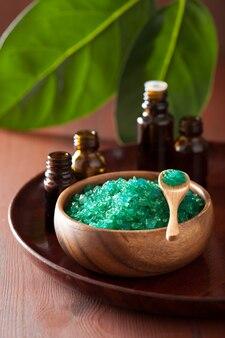 Sal de hierbas verdes y aceites esenciales para un baño de spa saludable
