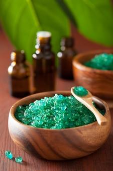 Sal de hierbas verdes y aceites esenciales para baños de spa