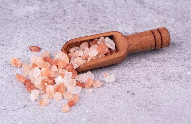 Sal del himalaya rosa picada en una cucharada.