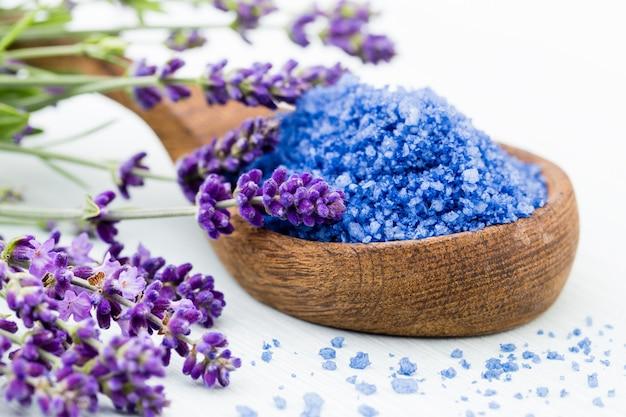 Sal de lavanda esencial con vista superior de flores.