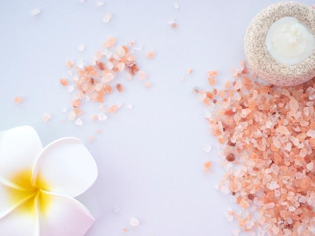 Sal rosa del himalaya con velas perfumadas
