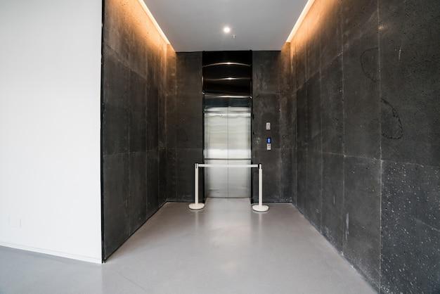 Sala de ascensores del centro de arte