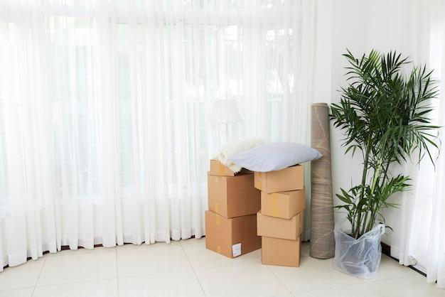 Sala blanca de casa nueva con cosas