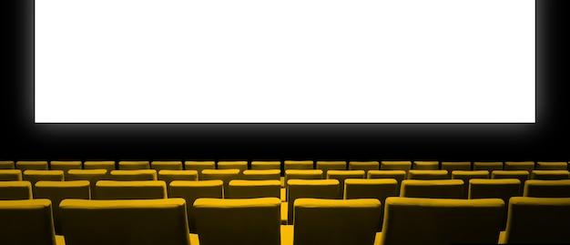 Sala de cine con asientos de terciopelo amarillo y una pantalla en blanco.