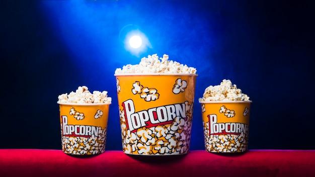 Sala de cine con paquete de palomitas