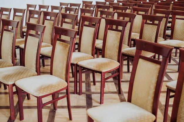 Sala de clase vacía, de cerca en una silla, efecto vintage