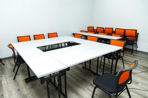 Sala de clase vacía o sala de seminario