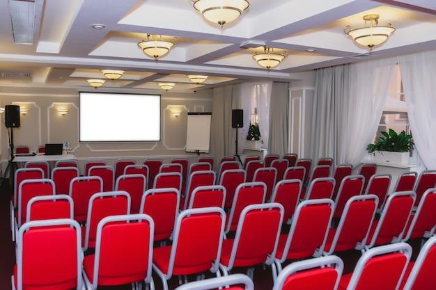 Sala de conferencias con silla roja