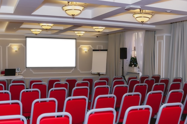 Sala de conferencias con sillas rojas