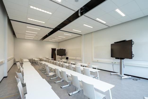 Sala de conferencias con televisores para presentaciones