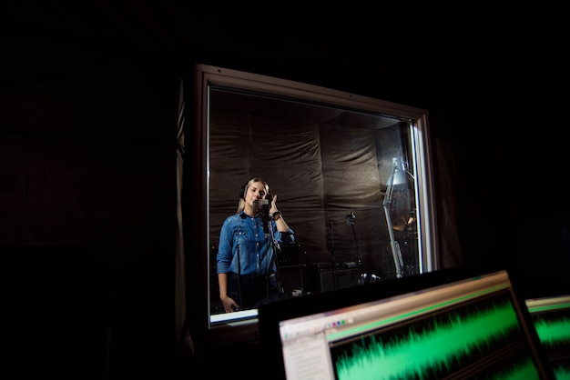 Sala de control del estudio de grabación. comercial, moderno musical enviro