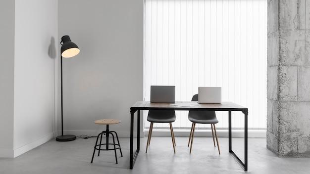 Sala corporativa vacía con sillas y mesa
