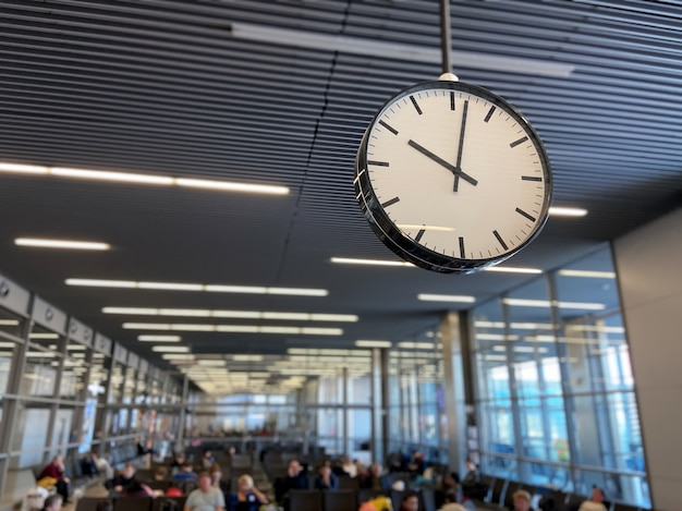 Sala de espera del aeropuerto con reloj