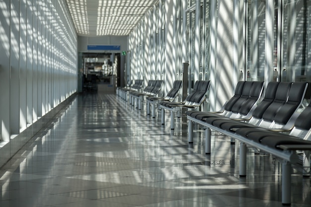Sala de espera en el aeropuerto con sombras