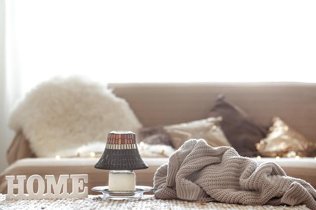 Sala de estar con el adorno del hogar de inscripción y guirnalda de luz.