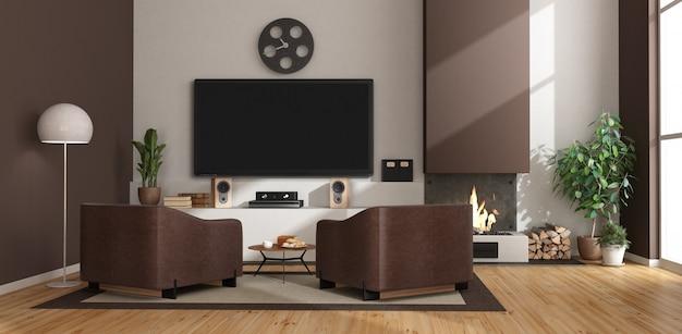 Sala de estar blanca y marrón con chimenea, sillones y televisor.