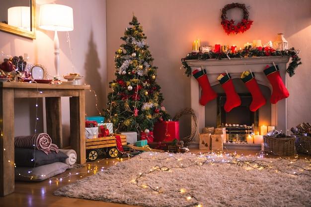 Sala de estar con chimenea y árbol de navidad
