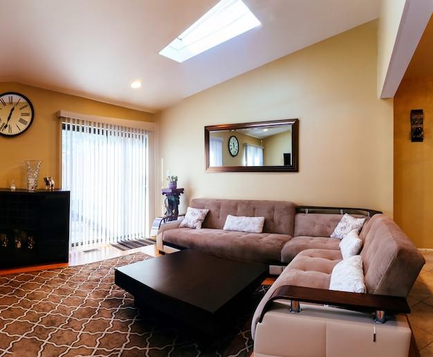 Sala de estar diseño de interiores en una casa nueva.