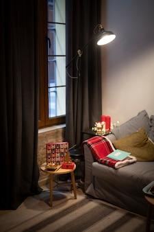 Sala de estar con elementos navideños.