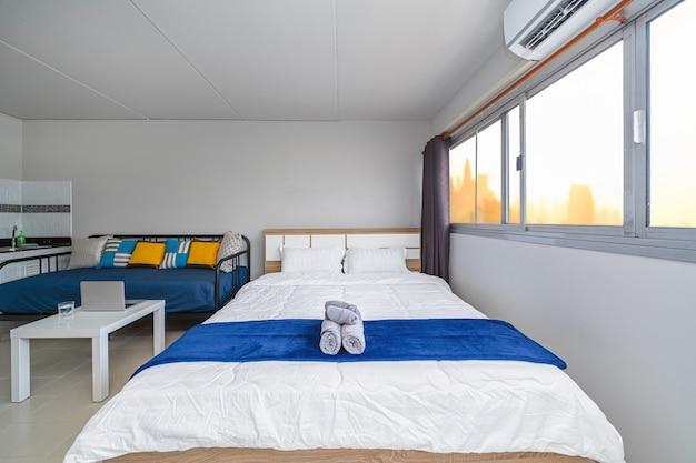 Sala de estar interior de lujo, sofá cama, cama queen size, espacio de trabajo de trabajo