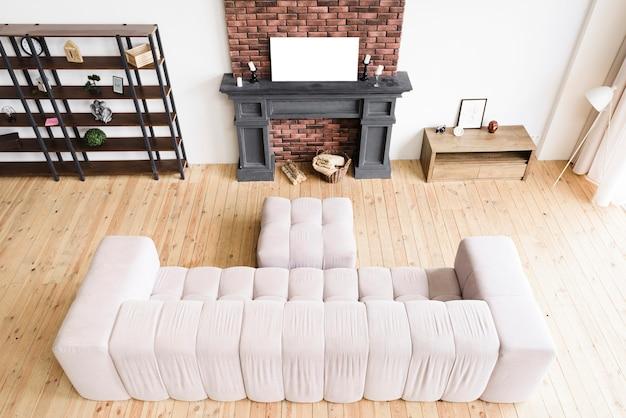 Sala de estar minimalista de ángulo alto con chimenea.