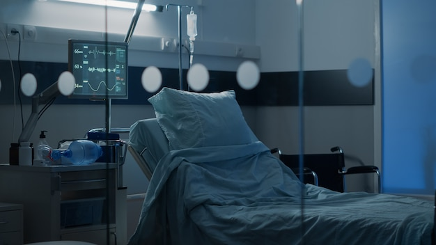 Sala de hospital con cama vacía en el centro clínico