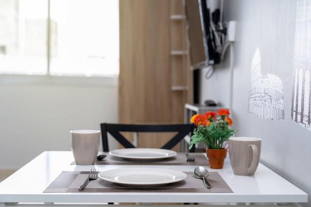 Sala interior y mesa de comedor de lujo, tipo de habitación tipo estudio de condominio o apartamento