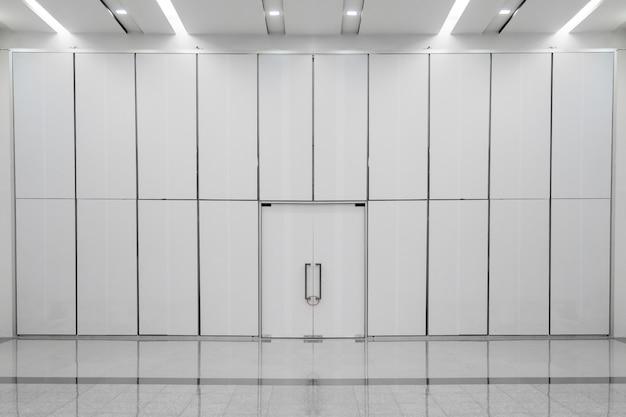 Sala interior con pared vacía.