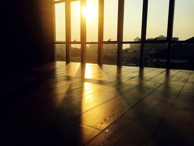 Sala, interior, salida del sol mañana, escena