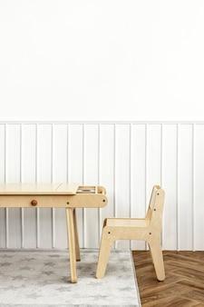 Sala de juegos para niños con muebles de madera clara.