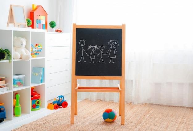 Sala de juegos para niños con pizarra