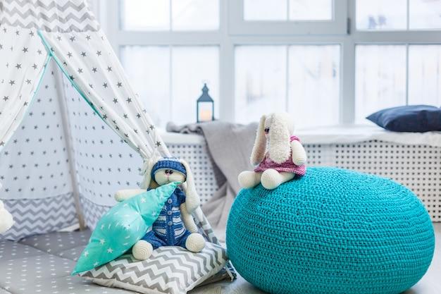 Una sala de juegos para niños vacía con carpa y ferrocarril de juguete