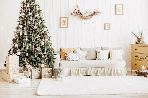 Sala de navidad decorada con regalos.