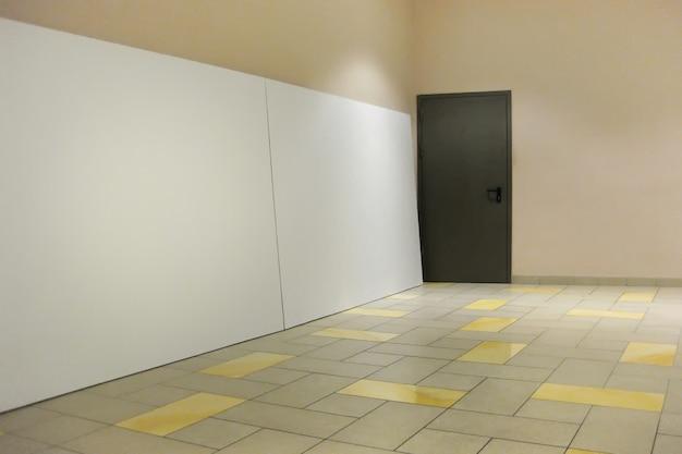 Sala de presentación vacía con junta bancaria