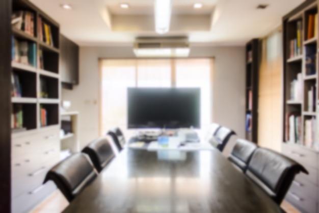 Sala de reuniones y biblioteca borrosas