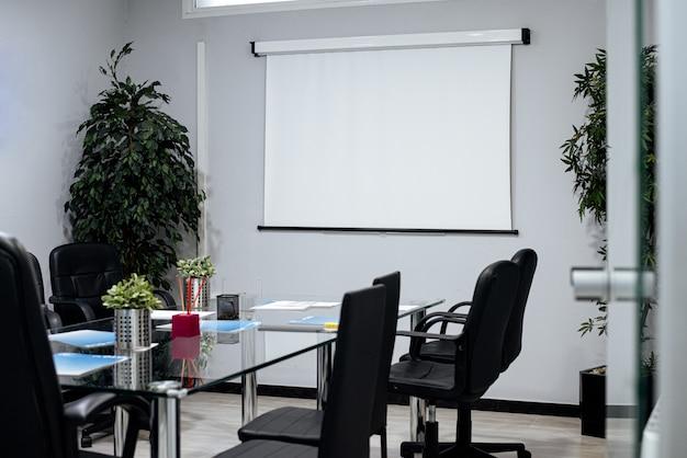 Sala de reuniones elegante y moderna.
