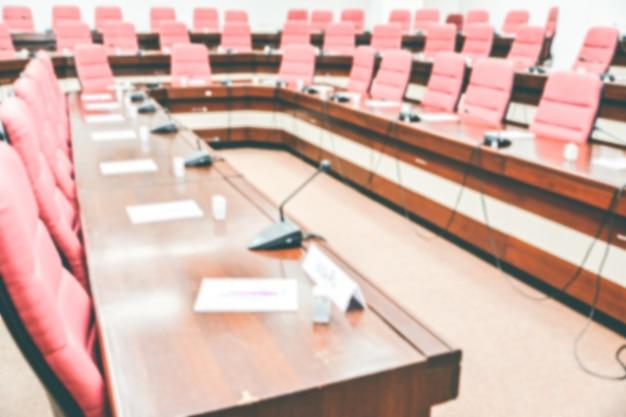 Sala de reuniones interior sala de juntas profesional con sillas y mesa en la oficina.