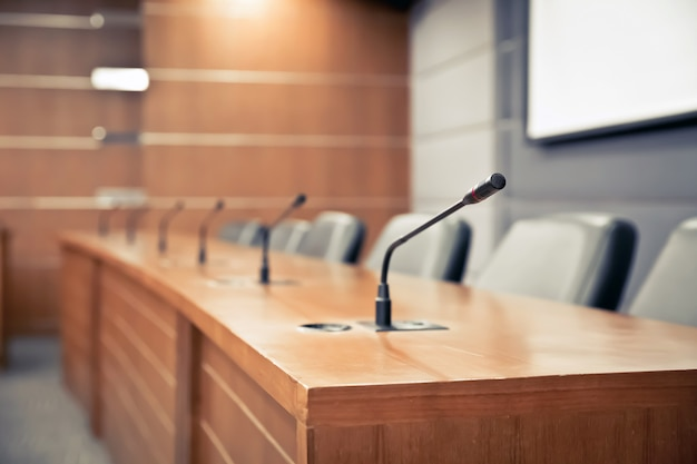 Sala de reuniones y micrófono profesional para reuniones.