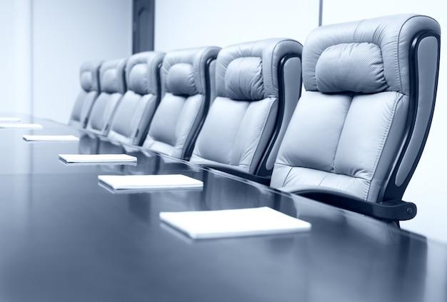 Sala de reuniones de negocios con elegantes asientos.