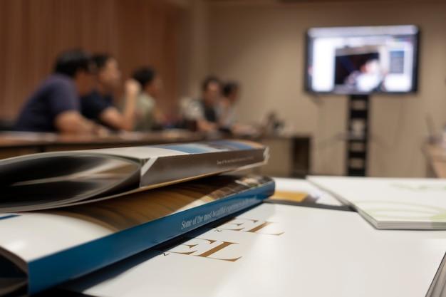 Sala de reuniones con presentación.