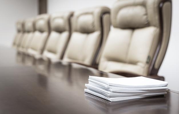 Sala de reuniones con sillas y escritorio.
