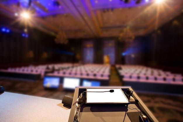 Sala de seminarios para conferencias de negocios y conferencias en la sala.