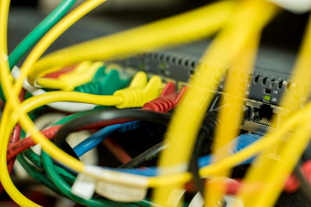 Sala de servidores con computadoras para internet. cables de red conectados a conmutadores.