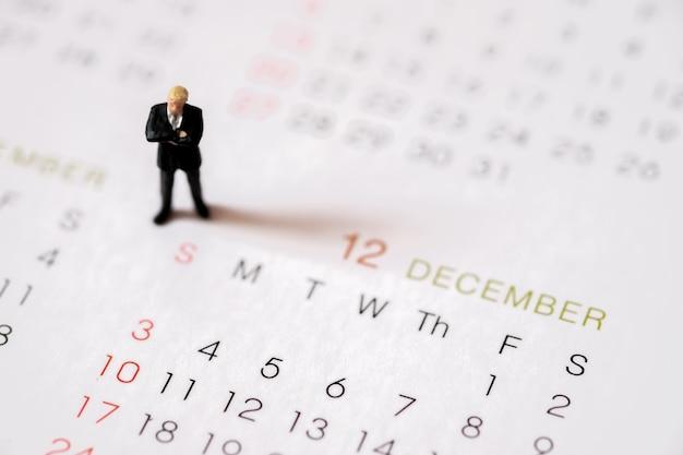 Los salarios de las personas de negocios en miniatura se mantienen en diciembre el último mes de fin de año.