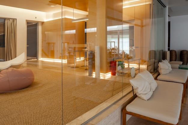 Salas de estar elegantes en un espacioso apartamento de planta abierta con paredes de cristal
